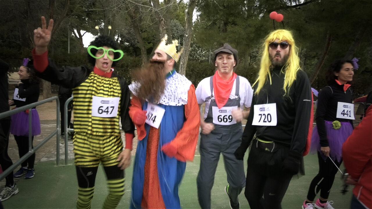 Un millar de participantes con pelucas y disfraces corren la X Carrera San Silvestre Ciudad de Alcázar