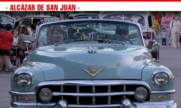 Los coches clásicos de la II Ruta de Azorín por La Mancha de El Quijote causan gran expectación entre los vecinos de Alcázar de San Juan