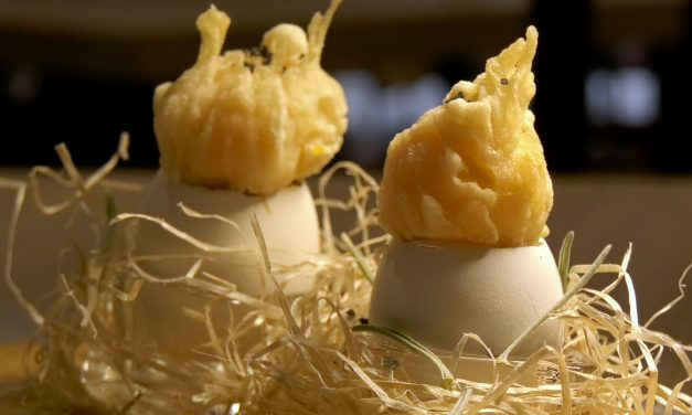 Yema de huevo crujiente con gelatina caliente de setas y jamón ibérico