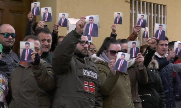 Un centenar de personas se han concentrado a las puertas de los juzgados de Alcázar reclamando justicia por la muerte de Gonzalo Buján
