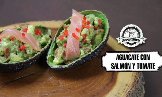 Aguacate con salmón y tomate cherry