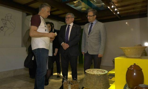 El Consejero de Educación visita el Museo Formma para conocer las piezas que conformarán la exposición de cerámica popular de Toledo
