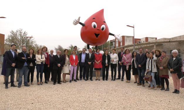 Inauguración de la escultura de 'Gotito' que rinde homenaje a los donantes de sangre
