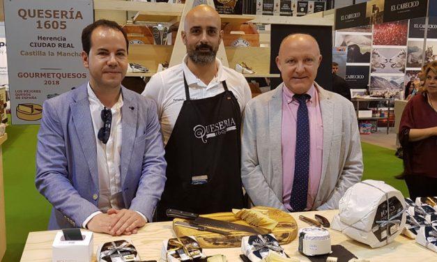El alcalde de Herencia visita el stand de Quesería 1605 en el Salón de Gourmets de Madrid