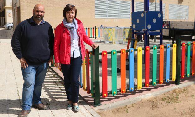Nuevo parque infantil con columpios inclusivos en el barrio de los Devis