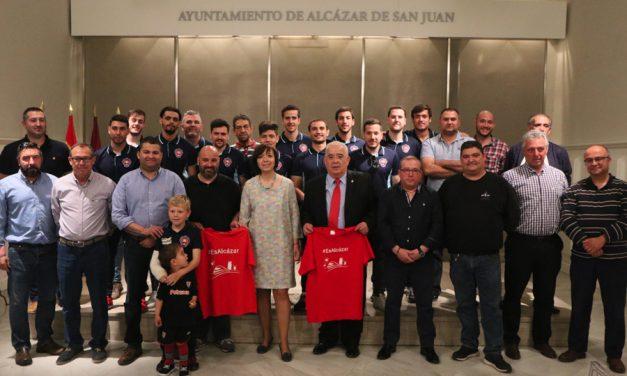 Reconocimiento al Sporting de Alcázar en el Ayuntamiento tras su ascenso a Primera Autonómica Preferente