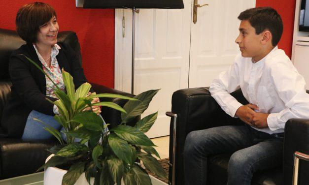 El campeón alcazareño en categoría alevín de tenis Castilla-La Mancha, Diego Zarco, es recibido en el Ayuntamiento