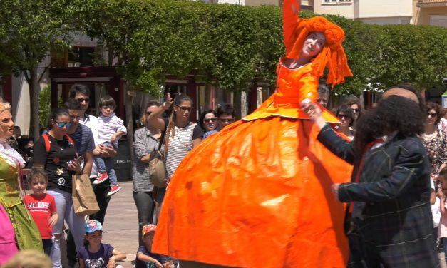 El espectáculo 'Menina: The Balloon Girl' congrega a cientos de niños  y sus padres en la Plaza de España