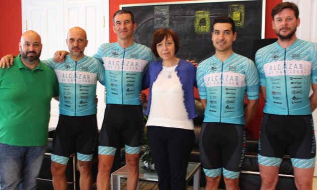 Los representantes de Alcázar en la Titan Desert, comparten sus experiencias con la alcaldesa y el concejal de deportes