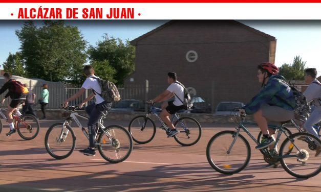 El proyecto Ciclobus congrega a más de un centenar de alumnos que han acudido al instituto en bicicleta