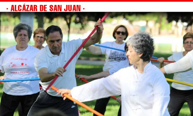 Más de 200 personas del Centro de Mayores participan en la exhibición de actividades físicas en el Parque Alces