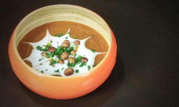 Crema de calabaza tandoori con yogurt y avellanas