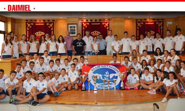 El alcalde recibe al Club de Natación Daimiel tras su gran temporada