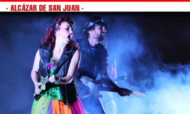 El espectáculo infantil y familiar 'Caramelo Rock' llena de niños el escenario de la piscina municipal de Alcázar de San Juan