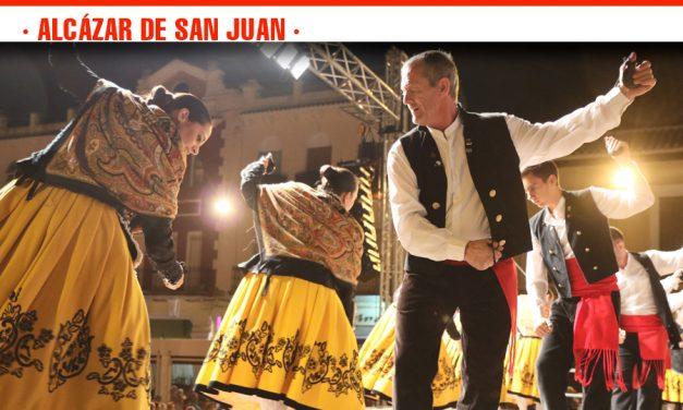 Alcácar de San Juan llenó de público la Plaza de España en el Festival de Folklore Manchego de la Feria