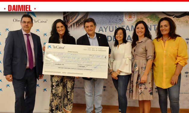 El Centro de Mujer recibe 1.800 euros de la obra social de 'La Caixa' para sus campañas contra las agresiones sexistas