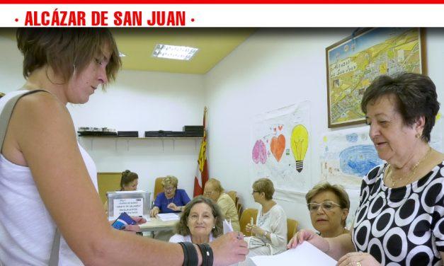 Los vecinos de Alcázar de San Juan deciden en qué invertir las partidas destinadas a sus barrios en la consulta popular de los presupuestos participativos celebrada hoy en la ciudad