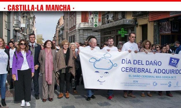 Casi 300 personas visibilizan el Daño Cerebral Adquirido en la marcha que ha recorrido el centro de Guadalajara para concienciar sobre esta enfermedad