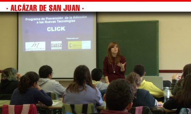 El IES Juan Bosco acoge el taller 'Uso de las redes sociales entre los jóvenes' que busca la adecuada utilización de las nuevas tecnologías