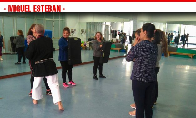 Una quincena de mujeres aprenden técnicas de defensa personal para escapar de posibles agresiones