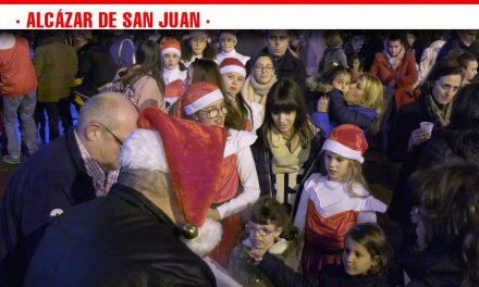 Música, baile y chocolate caliente para inaugurar la Caseta de Papá Noel de la plaza de Alcázar de San Juan