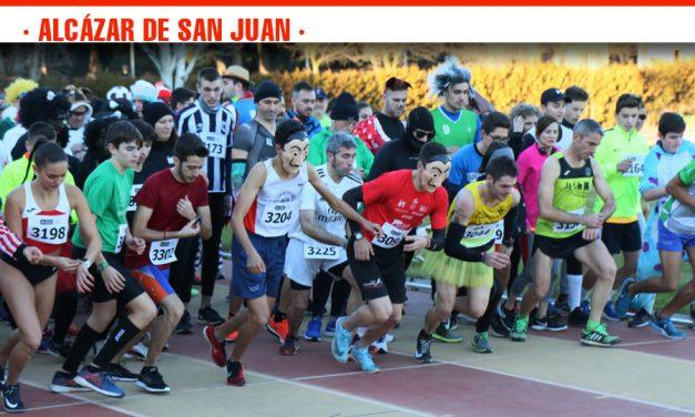 Con más de 700 corredores disfrazados de tortugas ninja, superhéroes y hasta Torrente participan en la XI San Silvestre de Alcázar de San Juan