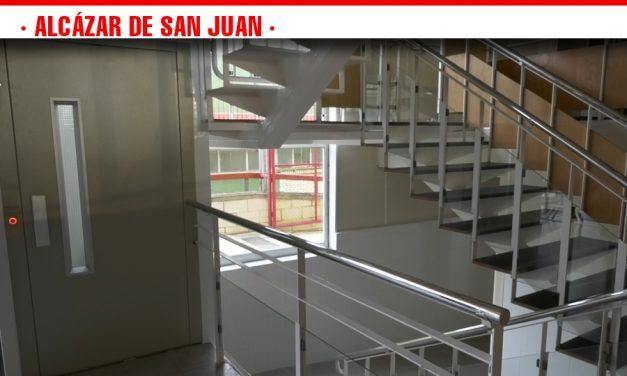 La Piscina Cubierta Municipal habilita un elevador que dota la instalación deportiva de una accesibilidad completa