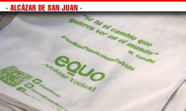 Intercambio de bolsas de plástico por una de tela en la campaña de concienciación 'No más plásticos en tu vida' de Equo-Alcázar Vecinal