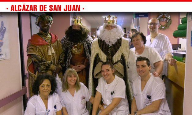 Los Reyes Magos de Oriente visitan cargados de regalos las Residencias de Mayores y a los más pequeños del Hospital de Alcázar de San Juan
