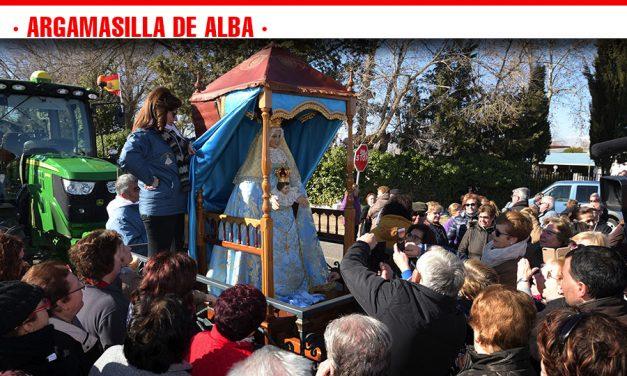 Numerosos vecinos y vecinas de Argamasilla de Alba aguardan el paso de la Virgen de Peñarroya de camino a su ermita