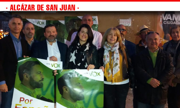 VOX Alcázar hace su primer acto de campaña con la pegada de carteles