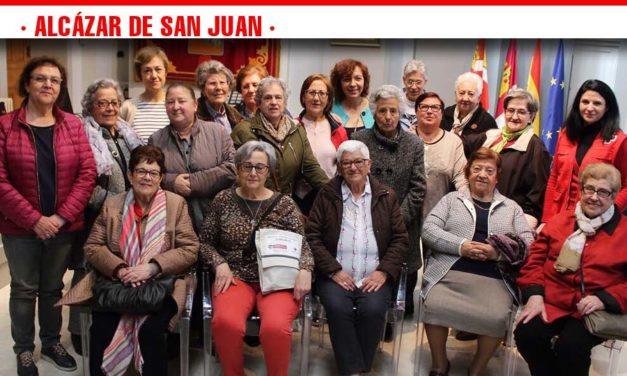 """Los mayores del """"Taller de Memoria"""" de Cruz Roja visitan el Ayuntamiento para conocer su historia"""