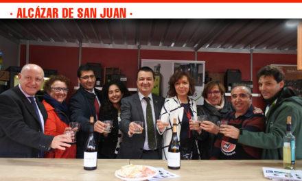 """El Consejero de Agricultura pide a bodegas y cooperativas que apuesten por el """"marchamo de calidad"""" de las nueve Denominaciones de Origen de vino de la región"""