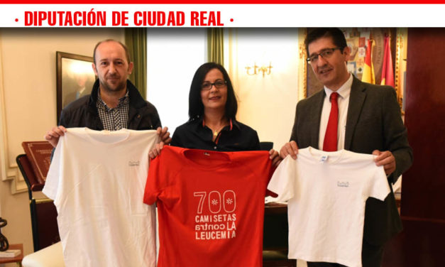 El presidente de la Diputación conoce el proyecto «700 camisetas contra la leucemia»