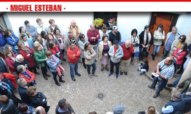 Más de un centenar de personas asistieron al paseo histórico-literario por Miguel Esteban