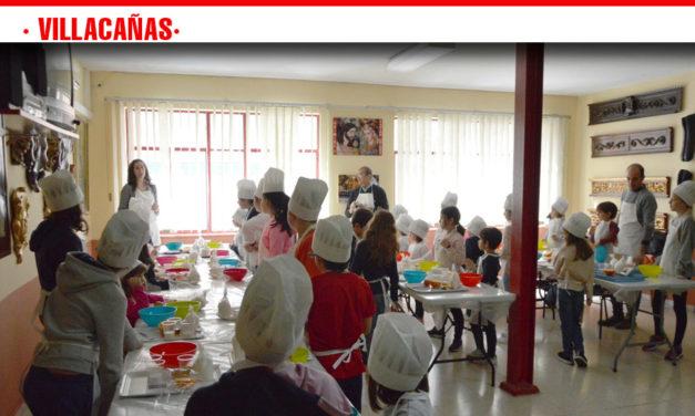 Fin de semana cofrade, 35 niños y niñas aprendieron este sábado a hacer rosquillas en el taller de repostería, organizado por la junta directiva de 'La Borriquilla'