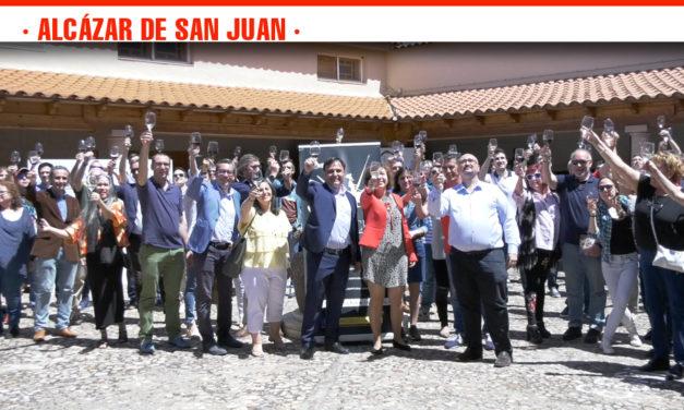 El Consejo Regulador se suma al brindis simultáneo celebrado en toda España junto a un centenar de personas en Alcázar de San Juan