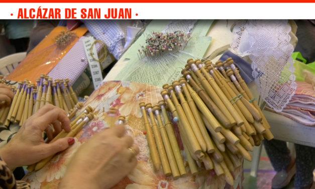 Conservación de la tradición en el XX Encuentro Anual de Encajeras celebrado en Alcázar que ha reunido a unas 300 personas de toda España