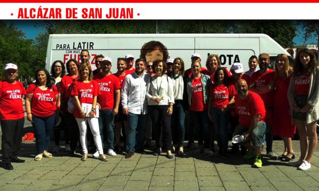 """El PSOE advierte del peligro de un pacto """"nacional-populista"""" en las próximas elecciones en la mesa informativa instalada en Alcázar de San Juan"""