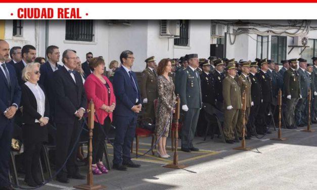 El presidente de la Diputación ha asistido al acto celebrado en la Comandancia y ha participado en la entrega de distinciones