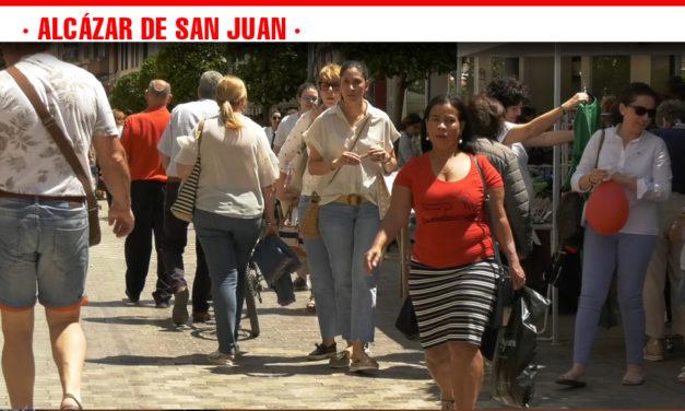 La calle Castelar se llena de gente de toda la comarca para disfrutar de 'A pie de calle' y su gran gama de productos de verano a los mejores precios