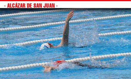 Unos 200 deportistas disfrutan de la piscina municipal alcazareña en el 18º Campeonato Regional de Natación organizado por FECAM