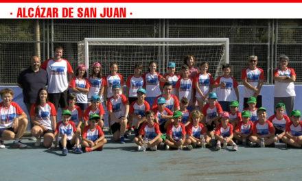 Una treintena de niños disfrutan del III Campus Multideporte Escolar en el que se practica tenis, rugby, fútbol o balonmano