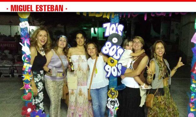 Unas 1.000 personas disfrutaron de la noche de las décadas en Miguel Esteban
