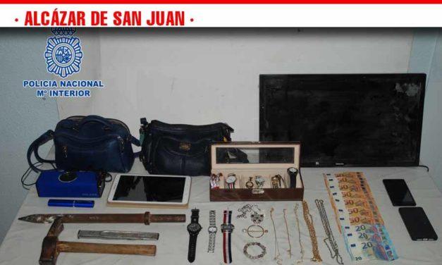 La Policía Nacional detiene a cuatro personas «in fraganti» cuando se encontraban robando en el interior de un piso