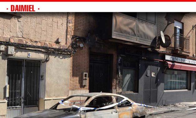 Un coche queda calcinado y el humo del incendio afecta a los primeros números de la calle Cruz de Ana María
