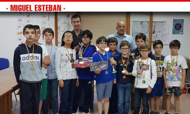 El ajedrez sale a la calle para fomentar la práctica de este deporte en Miguel Esteban