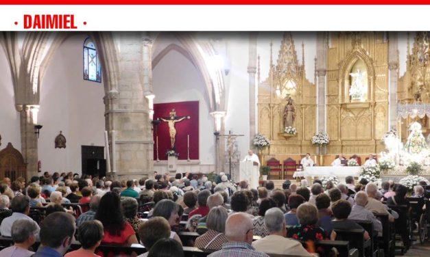 La Caravana Blanca trasladó a más de medio centenar de personas hasta la iglesia de Santa María