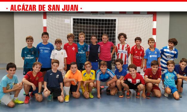 62 niños y niñas se han dado cita en el V Clinic de Fútbol Sala organizado por el Club Deportivo FUTSAL Alcázar de San Juan
