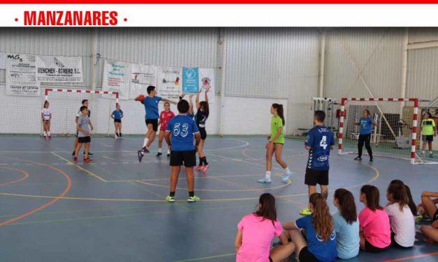 Más de sesenta niños y niñas participan en la escuela de verano de balonmano